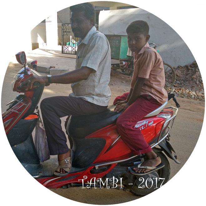 Gokul et son père prêt pour revenir à la maison