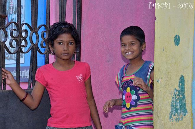 Jayalakshmi et Vinodini devant l'entrée de leur maison - 2016