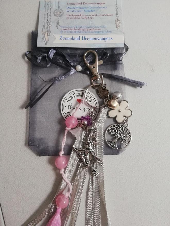 Sleutelhanger heks elf levensboom in grijs roze