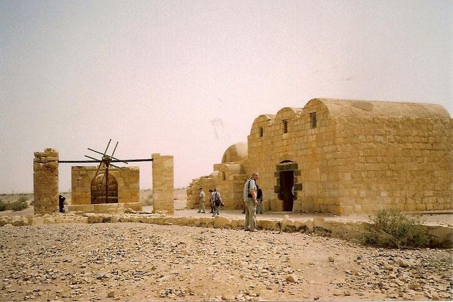 Links das Brunnenhaus.