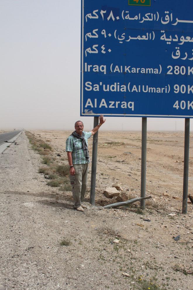Durch die Wüste in Richtung Irak und Saudi-Arabien.