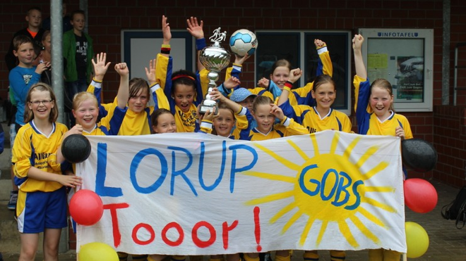 So sehen Siegerinnen aus: Groß war der Jubel bei den Loruperinnen nach dem Titelgewinn. Foto: Schule