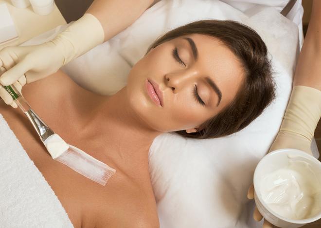 Die Haut am Hals und Dekolleté unterscheidet sich erheblich vom Gewebe anderer Körperteile wie zum Beispiel den Armen und Beinen und ähnelt am ehesten der Gesichtshaut.