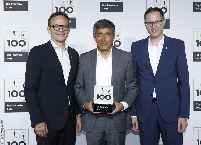 Übergabe des Pokals: Top Innovator 2019