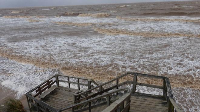 Meterhohe Brecher, wo sonst Strand ist. Die Treppe steht ca. 10 Meter über Grund.