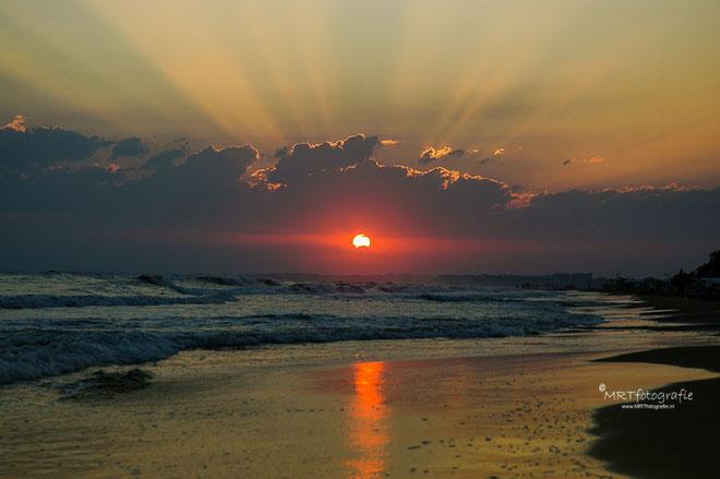 Zonsondergang met zonnenharp in Alanya, Turkije