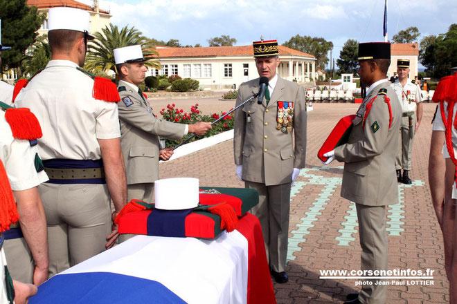 Au nom du ministre de la défendse, le général De Saint Chamas va décorer à titre posthume le légionnaire Vinkovic