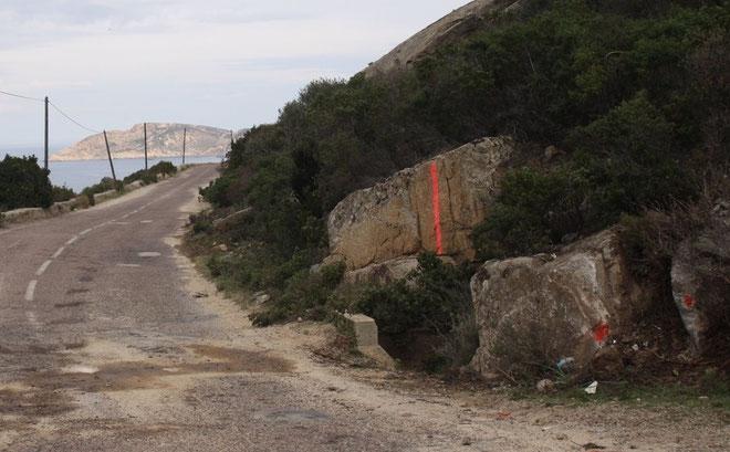 La Ford Fiesta a percuté le rocher à grande vitesse