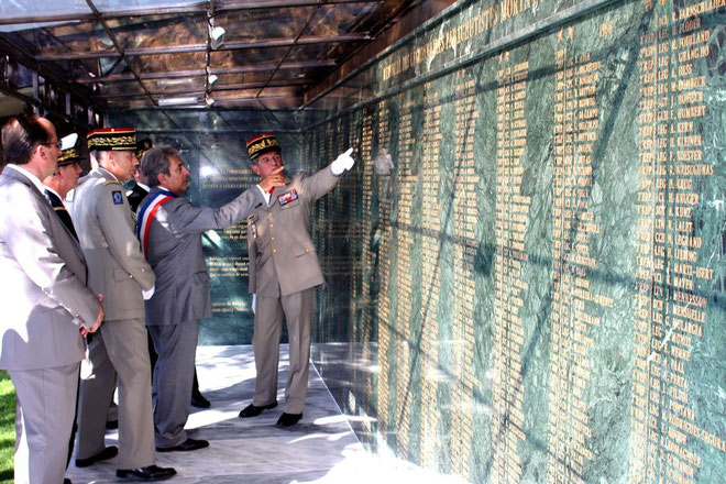A la découverte des noms gravés sur le Mémorial.  (Photos Jean-Paul Lottier)