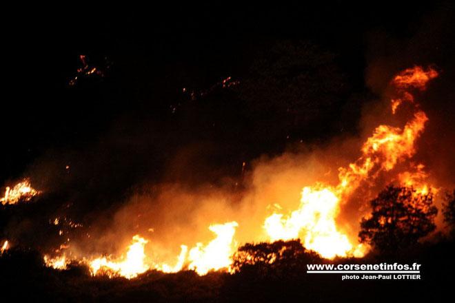 Le front du feu progressant la nuit dernière en direction de Speloncato