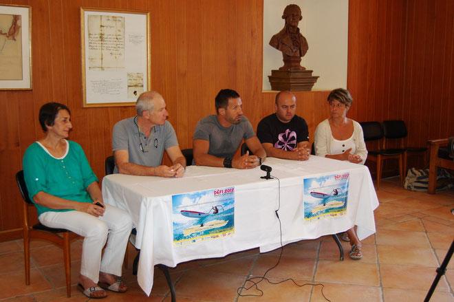 Denis Cardonne au centre sur la photo, en présence d'élus de ma commune d'Ile-Rousse et des éducateurs de l'association Leia explique son défi.