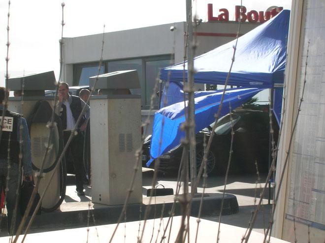 Le véhicule de Me Antoine Sollacaro protégé des regards par des bâches. (Photos Y.-C. Garcia)