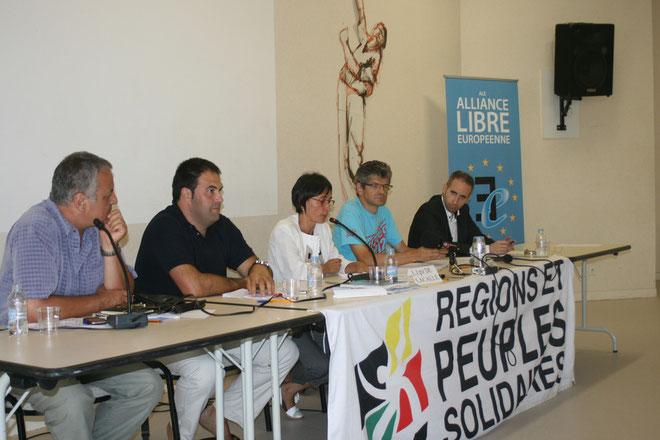 François Alfonsi (à gauche), avec les députés basques du sud (près de lui Jon Inarritu, député d'Amaiur aux Cortès, et Lorena Lopez de Lacalle, députée forale EA/Bildu d'Araba), lors du débat sur la situation en Euskadi et le processus de paix engagé.