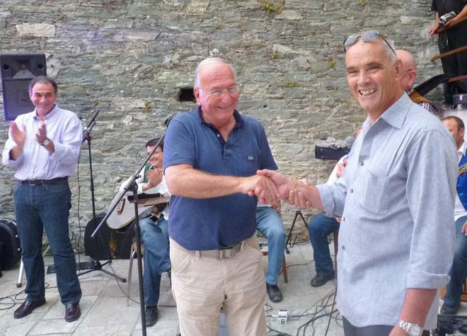 Jean-Baptiste Raffalli (à gauche) congratule Charles Monti, directeur de la publication de Corse Net Infos