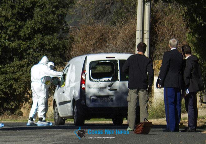 Les impacts de balles sur l'arrière de la voiture
