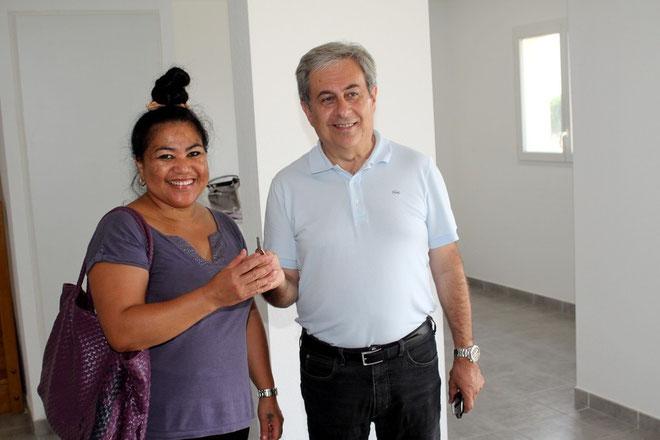 Symboliquement, M. Ange Santini rtemet les clés de la dernière villa à Mme Gina Lo Shun