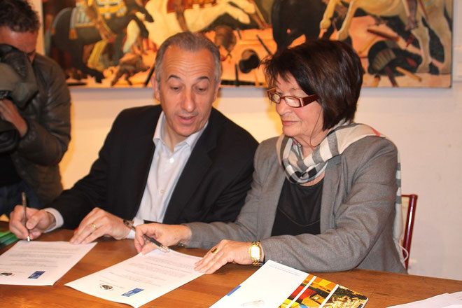 Signature de la charte entre Paul Ghionga et Mme Martelli. (Photos Jean-Paul-Lottier)