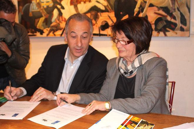 Signature de la charte entre Paul Ghionga et Mme Martelli. (Photos Jean-Paul-Lottier)