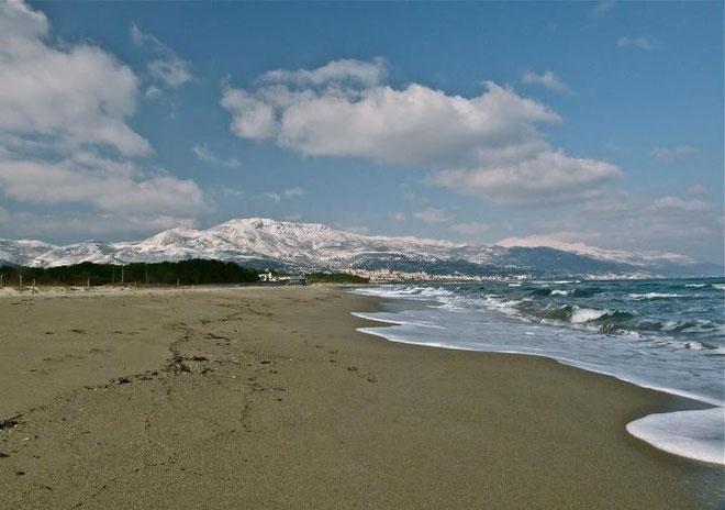 "La plage de la Marana, lundi, avec au second plan la ""montagne"" bastiaise enneigée (Carine Poletti)"