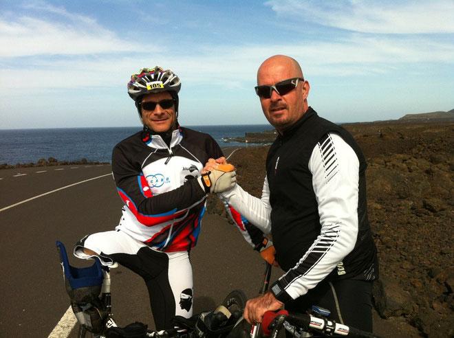 Dumé Benassi et son coach Valentin Maurel, au départ de l'épreuve vélo à Lanzarote.