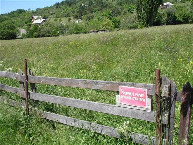 Le terrain du quartier Sainte-Marthe à Embrun recèle dans son sous-sol, bien des secrets. Après avoir été arrêtés, 167 Corses d'Isolaccio-di-Fiumorbo y ont été enterrés en 1808.