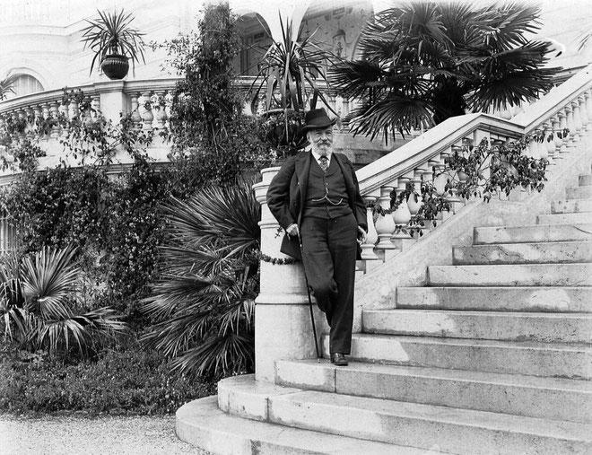 """Tito Franceschini-Pietri sur le perron de la Villa """" Cyrnos """", résidence d'été de l'Impératrice Eugénie sur la Côte d'Azur ."""