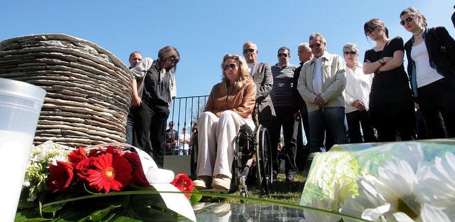 Lauda et Josepha Guidicelli (à droite)devant la stèle de Furiani,  le jour des cérémonies du 5 Mai