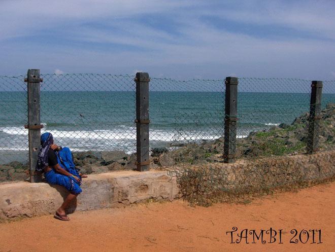 Femme regardant la mer à Mahabalipuram
