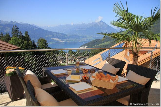 Frühstück mit traumhaftem Ausblick und Ruhe pur auf der neuen Terrasse.