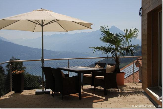 Auch am Nachmittag kann man viele Sonnenstunden auf der Terrasse geniessen.