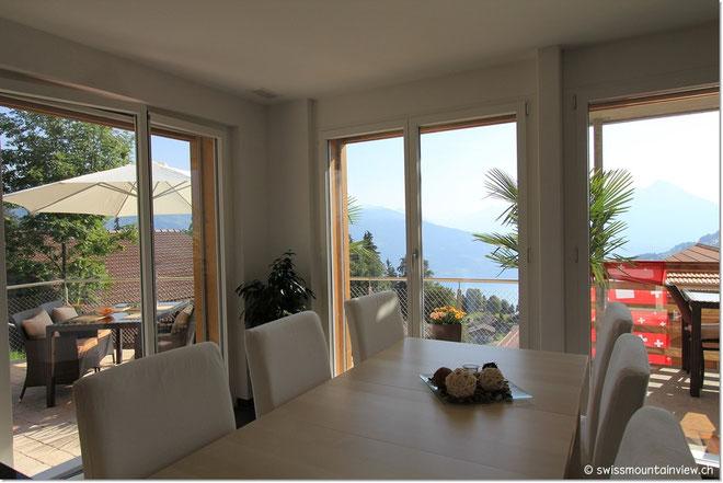 Durch die vielen Fensterfronten geniesst man den selben Ausblick auch..