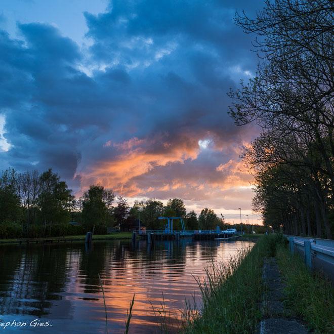 Dramatischer Himmel und Sonnenuntergang am Ems-Jade-Kanal in Wilhelmshaven