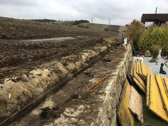 Fundament für Mauer ausgraben