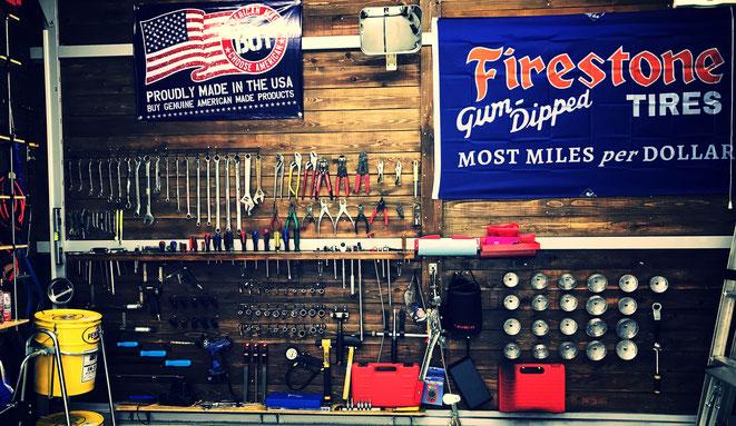 岐阜市岩田西の中古車販売店ガレージルッカーでは国産向けの格安オイルや拘りのフックスオイルまで取り扱っております。