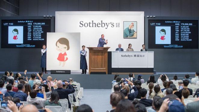 サザビーズとクリスティーズの2大オークション会社、アート・バーゼルやフリーズなどの国際的アートフェアが両軸となってアートワールドは回転している。