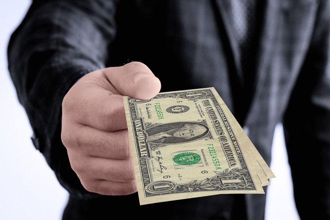 entregando dinero