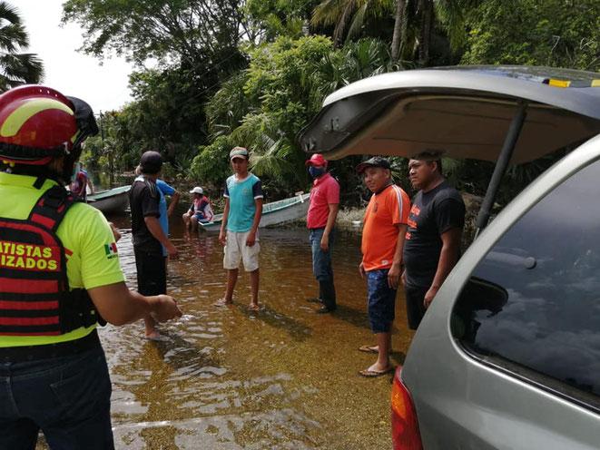 Mas de 20 elementos de la agrupación Rescatistas Motorizados Quintana Roo, arriba a la  comunidad de San Andrés.