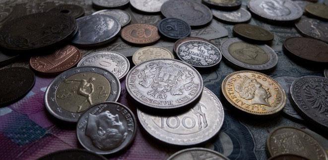 Einige Münzen und Geldscheine aus Deutschland, der Schweiz, England, dem Euro-Raum und dem Rest der Welt