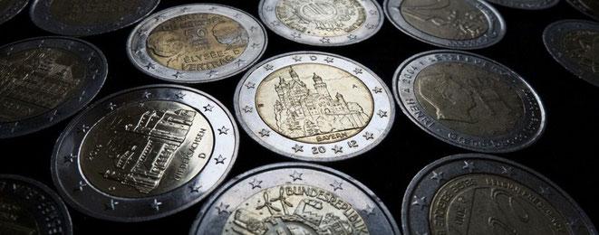 Einige 2-Euro-Münzen