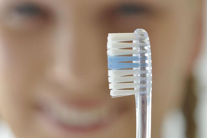 Die Zahnbürste steht für die vielen verschiedenen Hilfsmittel für die häusliche Mundhygiene