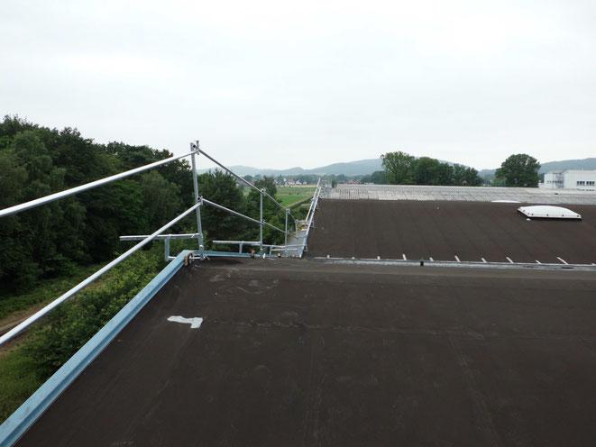 Dachrandgeländer Attikabefestigung. Durch Verwendung eines solchen Systems, ersparten wir dem Bauherrn das vollständige Einrüsten des Hallenkomplexes.