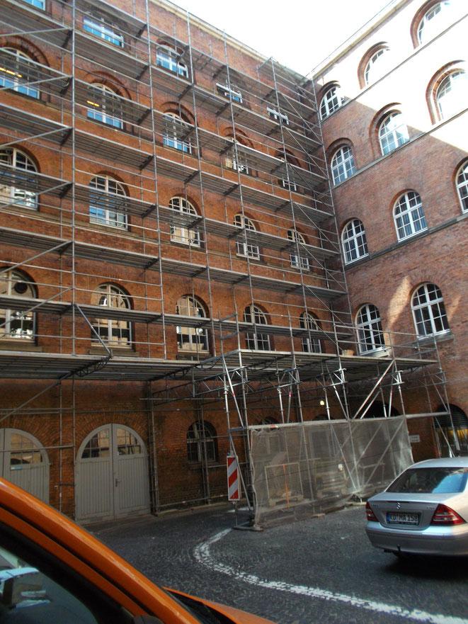Rathaus Kiel, Einrüstung für Dacharbeiten. Die Herausforderung bestand in der Gewährung der Durchfahrt.