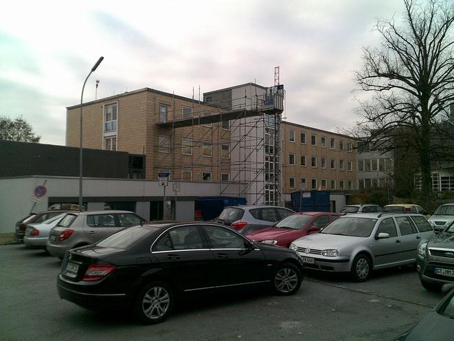 Klinikum Halle Westfalen. Stellung eines Lastenaufzuges mit Einbringplattform.