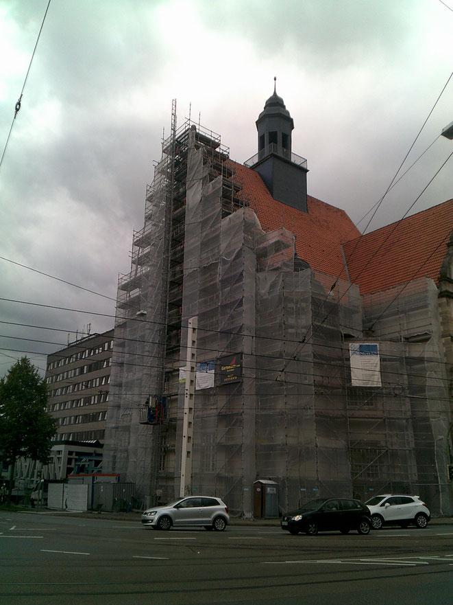 Bielefeld Landgericht mit Hinterrüstung des Giebelüberstandes auf der Dachfläche für Steinmetzarbeiten und Stellung eines Lastenaufzuges 1. Bauabschnitt.