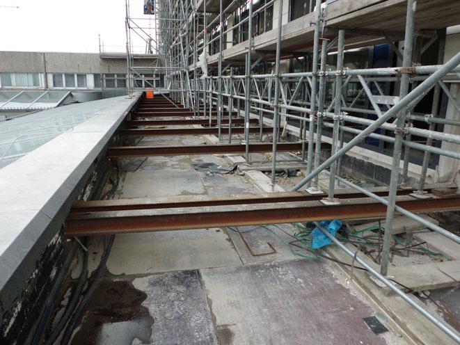 Klinikum Herford, Gerüsthöhe 20,00 m, Lastklasse 4, Flachdach nicht tragfähig. Gerüstlasten wurden auf eigens dafür eingespannte Stahlträger verteilt.