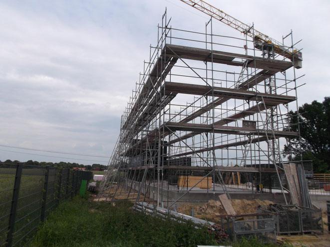 Celle. Freistehende Gerüstausführung. Erstellung eines Neubaus in Fertigteilbauweise.