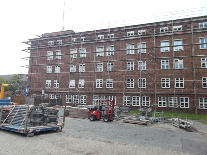 Flensburg Kaserne Schutzgerüst für Dacharbeiten