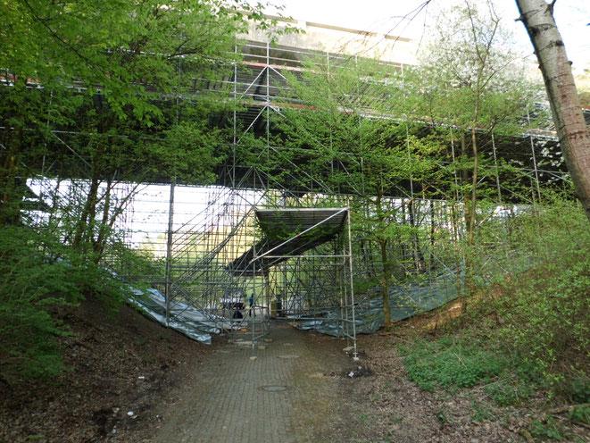 Bochum. Brückensanierung mit Fußgängerschutzdach.