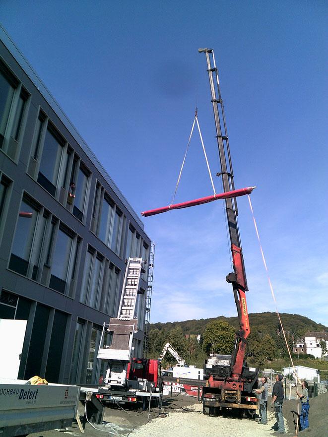 Bielefeld, hier wieder einmal quergedacht. Hilfestellung auf einer unserer Baustellen. Einbringung einer 6m langen Rohrwelle, welche nicht durchs Treppenhaus passte.