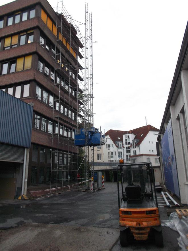 Bielefeld. Stellung eines Lastenaufzuges 2,00 t für Dachsanierung.